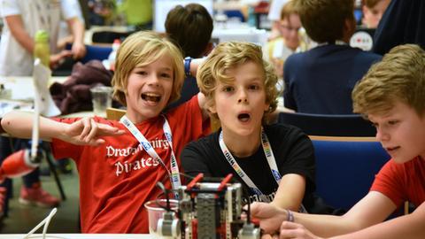 Freuen sich über die Teilnahme an der Roboter-Olympiade: Paul, Tammo und Miro (v.r.n.r.)