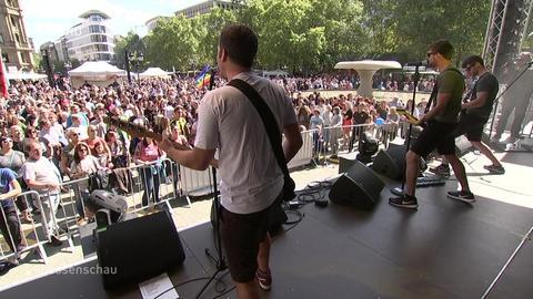 """Die Band """"Alex im Westerland"""" beim Konzert auf dem Opernplatz."""