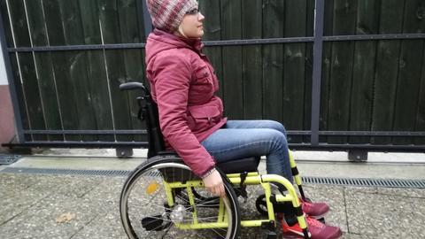 Die Krankheit zwingt Alexandra Günther manchmal in den Rollstuhl