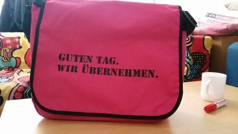 """100 """"Rosa Ersti-Tüten"""" sind an den Unis Gießen und Marburg verteilt worden."""