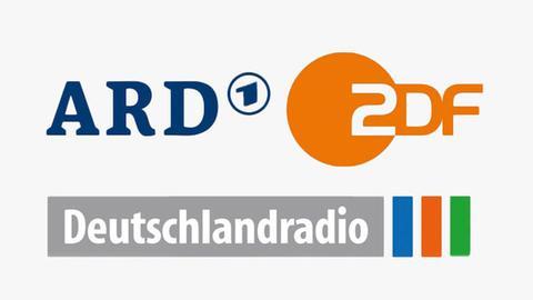 Die Logos von ARD, ZDF und Deutschlandradio auf einer hellgrauen Fläche.