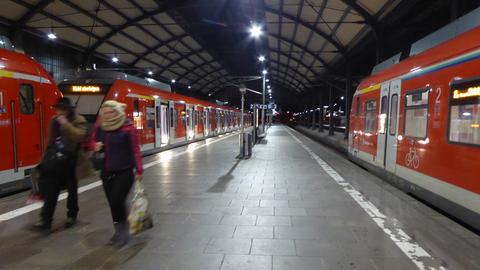 S-Bahn bei Nacht im Bahnhof Wiesbaden