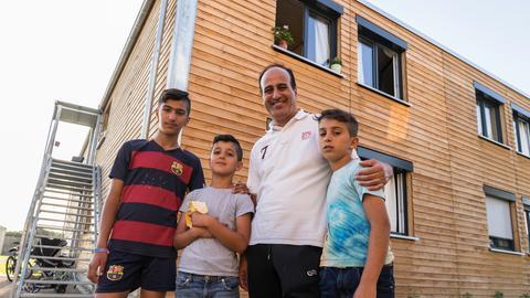 Salih Al Soltan mit seinen drei Söhnen im Integrationsdorf in Frankfurt-Ginnheim