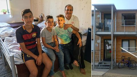 Salih Al Soltan mit seinen drei Söhnen in seiner Wohnung im Integrationsdorf in Frankfurt-Ginnheim