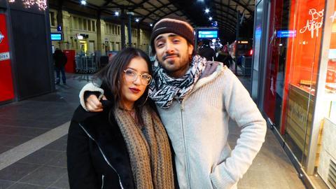 Partygänger Eda und Tito im Hauptbahnhof Wiesbaden