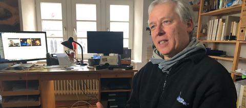 Joachim Schaefer in seinem Arbeitszimmer