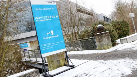 Ein Schild weist den Weg zum Impfzentrum in Fulda