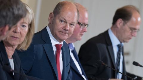 Bundesfinanzminister Scholz (l.) will Männerclubs die Gemeinnützigkeit streichen. Sein hessischer Amtskollege Schüfer (re. daneben) ist davon nicht begeistert.