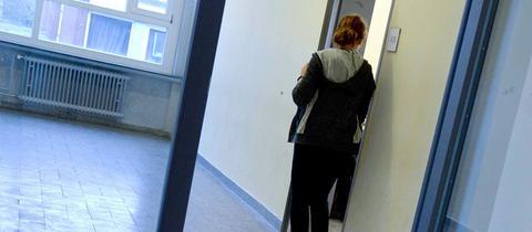 Eine Schülerin der Oberstufe wartet vor einem Klassenraum
