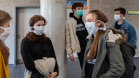 Schüler eines Gymnasiums mit Mund-Nasen-Schutz