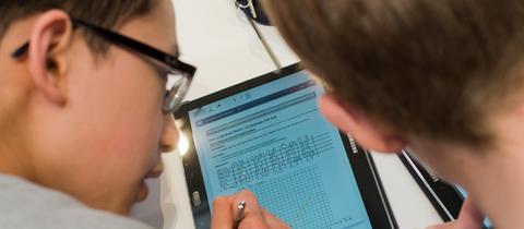 Schüler arbeiten mit Tablets im Unterricht