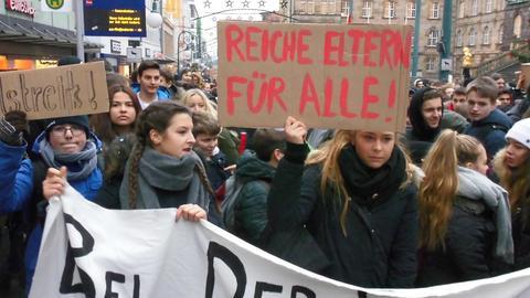 Schüler mit Plakaten bei der Demo am Montag in Kassel.