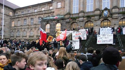 Vor dem Rathaus in Kassel versammeln sich am Montag Schüler um gegen den Verfall ihrer Schulen zu demonstrieren.