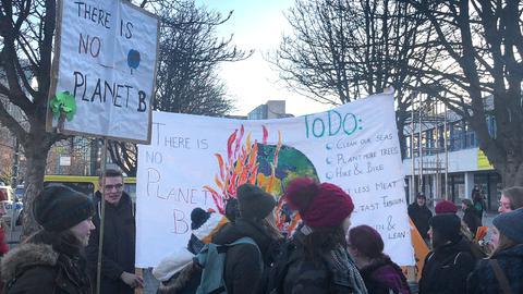 Schüler und Studenten in Frankfurt fordern mehr Klimaschutz.