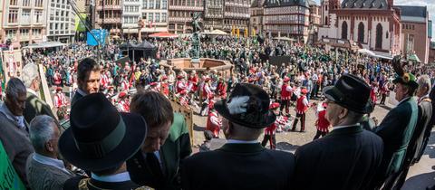 Der Römerberg bildet die Kulisse am Ende des Festumzugs der Schützen in Frankfurt.