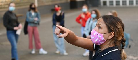 Lehrerin Jasmin Schneider macht ihre Schüler am Heinrich von Gagern-Gymnasium in Frankfurt mit den Hygiene-Vorschriften vertraut.