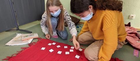 Zwei Schülerinnen lernen im Gruppenraum der Erich-Kästner-Schule