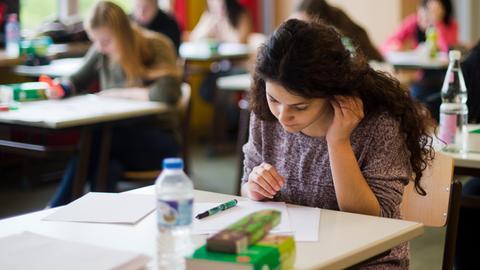 Schülerin in Klassenzimmer