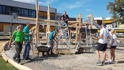 Schüler und Lehrer packen gemeinsam an: Der Schulhof der Clemens-Brentano-Europaschule in Lollar wird neugestaltet.