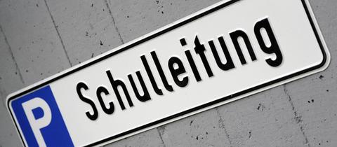 """Parkplatzschild mit der Aufschrift """"Schulleitung""""."""