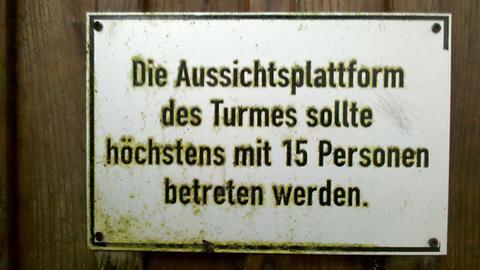 """Schild am Kellerwaldturm: """"Die Aussichtsplattform sollte höchstens mit 15 Personen betreten werden."""""""