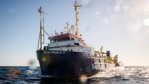 """Das Schiff """"Sea-Watch 3"""" vor der libyschen Küste."""