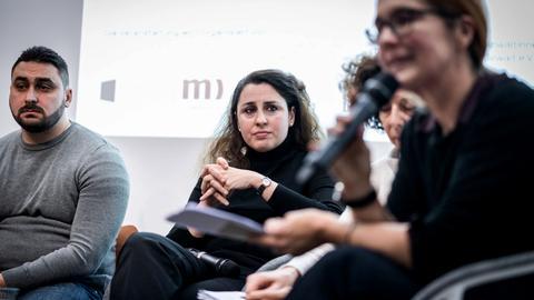 Rechtsanwältin Seda Basay-Yildiz auf einem Podium beim forum medico