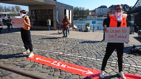"""Demonstranten, zwischen ihnen ein Banner: """"2,5 M"""""""