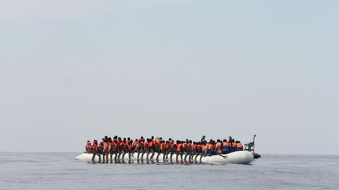 Flüchtlinge in einem überfüllten Schlauchboot auf dem Mittelmeer