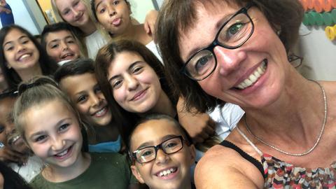 Journalistin Petra Boberg macht Selfie mit Schülern