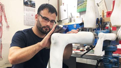 Shahpoor Surkhabi bei seiner Arbeit in der Werkstatt