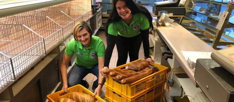 Natscha Dörsam (links) und Jill Breutmann vom Verein Share & Save, der Lebensmittel von Läden abholt und an Bedürftige verteilt, in der Bäckerei Lipp in Wald-Michelbach