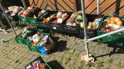 Lebensmittel in Kisten, die der Verein Share & Save im Odenwald von Läden abholt und an Bedürftige verteilt