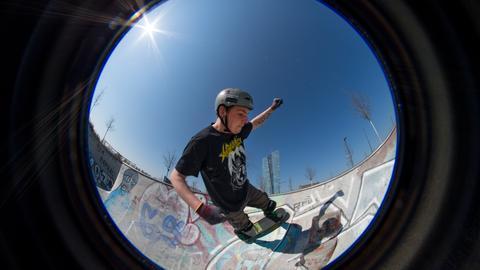 Ein Skater auf der Anlage im Frankfurter Osten
