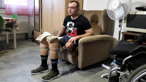 Slajdi Maxhari in seinem Zimmer - vor seinen Beinprothesen
