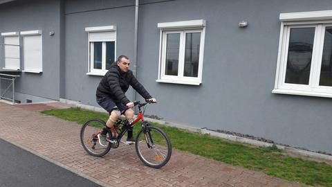 Slajdi Maxhari mit Beinprothesen auf dem Fahrrad