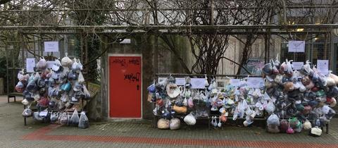 Spenden hängen am Sozialen Zaun in Darmstadt