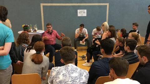SPD-Politiker Frank-Tilo Becher diskutiert mit Schülern