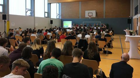 Schüler und Politiker bei der Eröffnung des Klimaschutztages an der Freiherr-vom-Stein-Schule Wetzlar