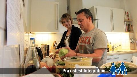 Yousef Khatib und seine Sprachpatin Stephanie Pusch beim Kochen.