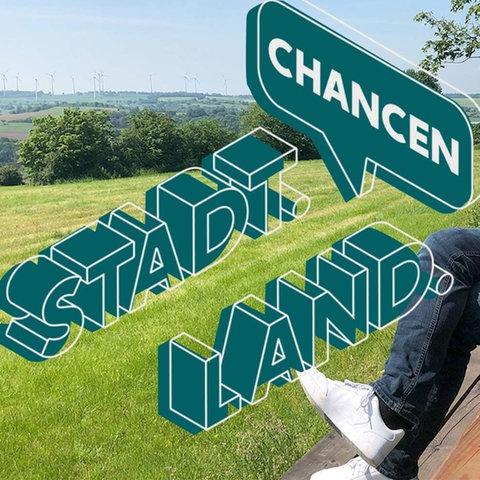 """Der junge Bürgermeister von Feldatal sitzt auf einer überdimensionalen Holzbank, die mitten in der Landschaft steht (von der Seite fotografiert). Daneben das Logo der ARD-Studie """"Stadt Land Chancen""""."""
