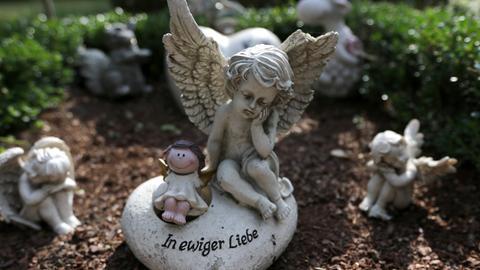 Grabstein in einem Garten für Sternenkinder (Symbolbild).