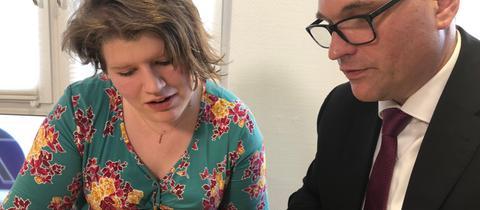 Stromstoß-Opfer Julia S. und ihr Anwalt Alexander Hauer