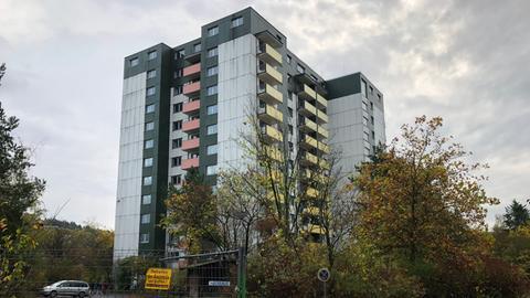 Leerstehendes Hochhaus mit Bauzaun davor