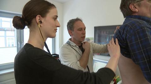 Laura Drösch untersucht mit Hausarzt Dirk Wetzel einen Patienten