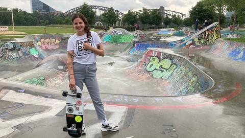 Miriam Kassis vor der Bowl im Skatepark