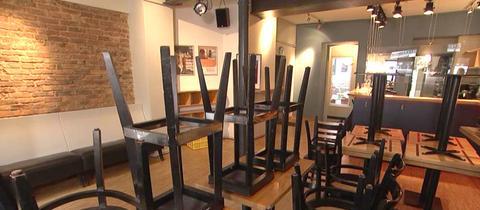 Stühle stehen in der Bar Switchboard verkehrt herum auf Tischen.
