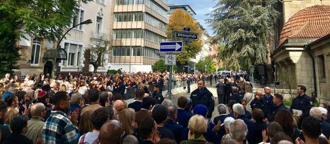 Hunderte Menschen versammelten sich vor der Westend-Synagoge in Frankfurt.