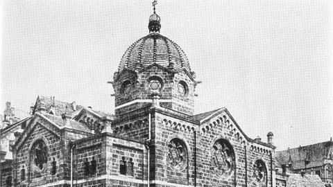 Schwarz-Weiß-Aufnahme eines historischen Gebäudes