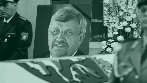 Ein großformatiges Foto von Walter Lübcke steht neben seinem Sarg. Daneben Polizeibeamte bei der Ehrenwache.